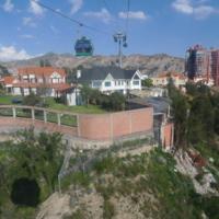 Survol d'un quartier résidentiel par la ligne Verte du téléphérique de la ville de La Paz