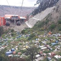 Le cimetière clandestin vu depuis la ligne orange du téléphérique (Bolivie)