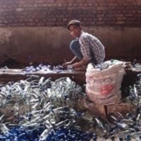 Le jeune laveur de bouteilles (Inde)