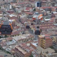 Vue d'une cabine de la ligne Orange du téléphérique de la ville de La Paz (Bolivie)