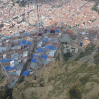 Vue d'une cabine de la ligne Rouge du téléphérique de la ville de La Paz (Bolivie)
